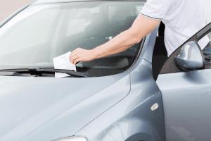 ¿Cuáles son los documentos obligatorios que se deben llevar en el vehículo?