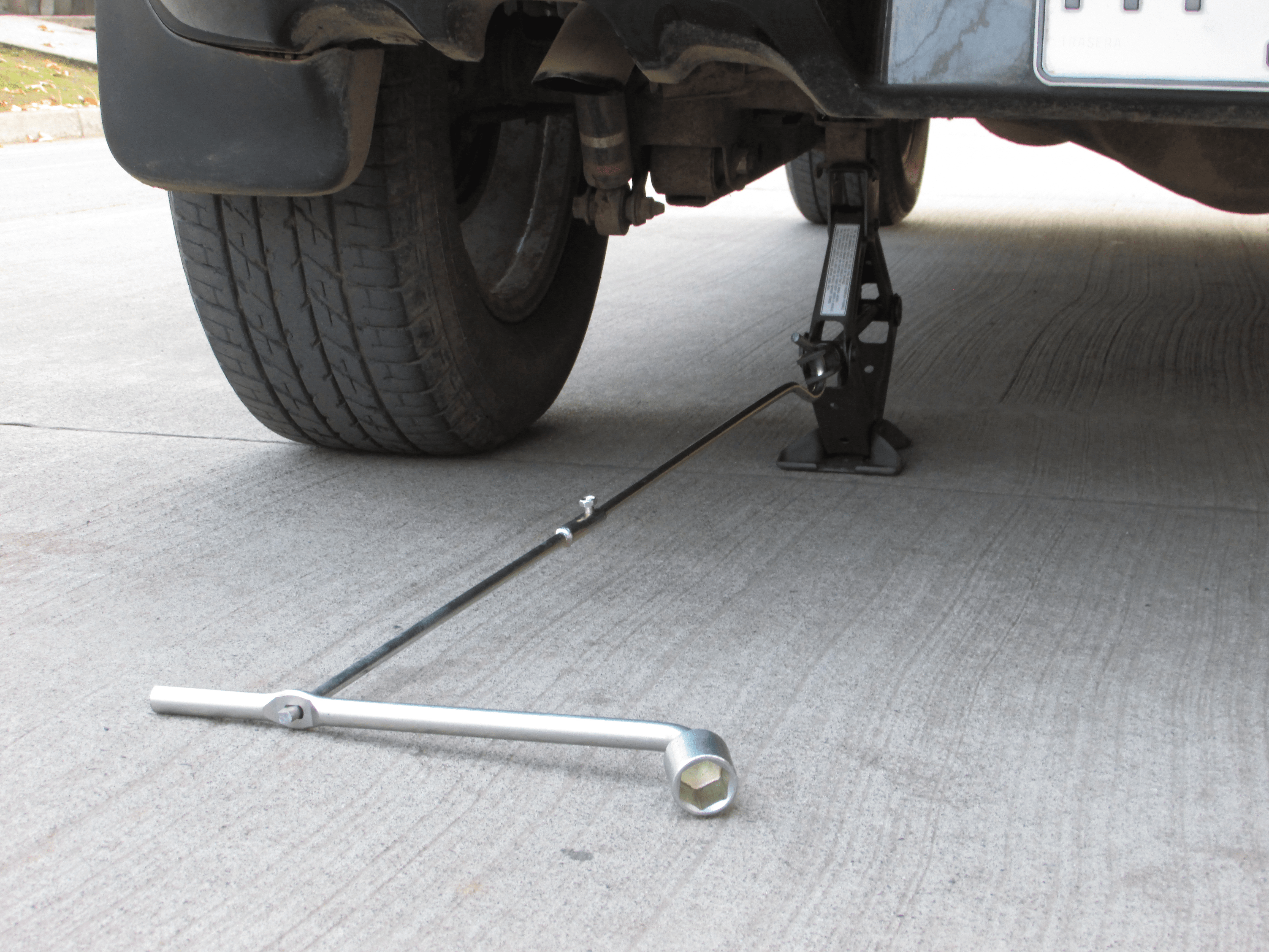 Cambiar neumático, cómo usar la gata