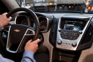 Maneja mientras contestas tu celular: manos libres para autos
