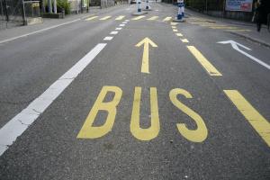 Las multas de vías exclusivas se generan cuando un auto transita por vías destinadas a buses